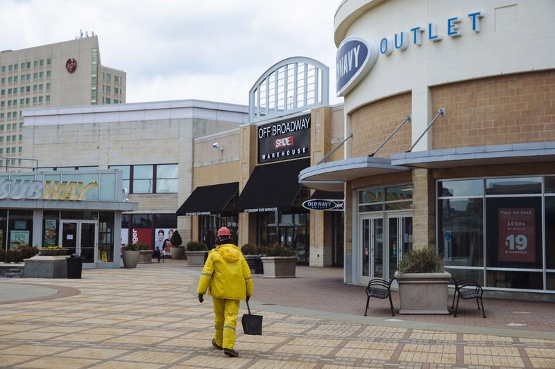 閉鎖され人通りがない米国のショッピングモール(Bloomberg)