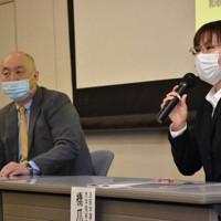研究成果を発表する橋爪佑示子さん(右)と近藤稔和教授=県立医科大で、木村綾撮影