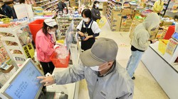 間隔を空けて精算する買い物客=大阪市城東区のスーパー玉出京橋店で2020年4月24日、加古信志撮影