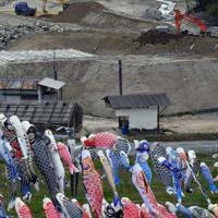 九州北部豪雨の被災地に泳ぐコイノボリ=福岡県朝倉市杷木松末で2020年4月28日、田鍋公也撮影