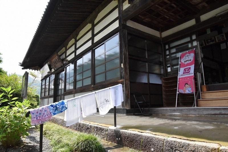 西源寺の本堂入り口にはコワーキングスペースの案内ののぼり=山梨市で、筆者撮影