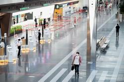 大型連休中にもかかわらず、外出や移動の自粛要請で閑散とする国内線の出発ロビー=羽田空港で2020年4月29日午後2時16分、吉田航太撮影