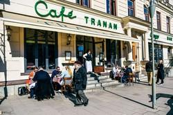 外出制限を設けないスウェーデンで昼食を楽しむ人々。集団免疫を獲得できるか注目が集まる (Bloomberg)