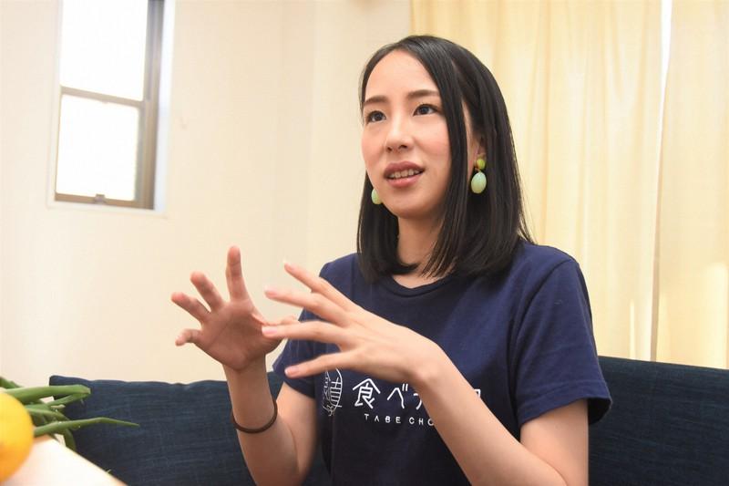 食べチョクを運営するビビッドガーデンの秋元里奈社長。「危機にはいかにスピードを持って動けるかが大事」と話す=東京都港区で2020年4月14日