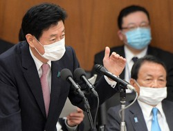 日本経済の行方は……(西村康稔経済再生担当相)=2020年4月13日、竹内幹撮影