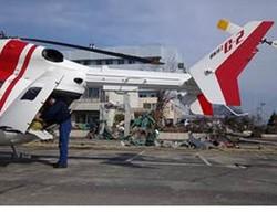 津波で被害を受けた石巻市立病院の前に着陸したドクターヘリ=2011年3月14日撮影