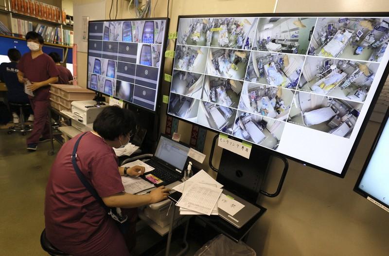 集中治療室(ICU)を新型コロナウイルスによる重症患者専用の病床に改装した聖マリアンナ医科大病院。グリーンエリア(清潔で安全なエリア)のナースステーションには患者を監視する大型テレビモニターが置かれていた=川崎市宮前区で2020年4月30日、佐々木順一撮影