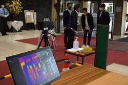 北九州市役所の入り口に設置されたサーモグラフィー。来庁者らの体温を自動で測定し、発熱者の庁舎利用を予防する=北九州市役所で2020年4月27日、浅野翔太郎撮影