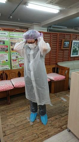 発熱のある利用者宅を訪問するときは樹脂製のコートにシャワーキャップのフル装備を用意する=西東京市のNPO法人サポートハウス年輪で2020年5月1日、大和田香織撮影
