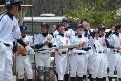 福島第1原発事故のため避難している子供たちが震災後、初めてグラウンドで白球を追った。試合中ベンチからチームメイトを応援する「南相馬ボーイズ」の選手たち=福島県会津若松市で2011年5月7日、竹内幹撮影