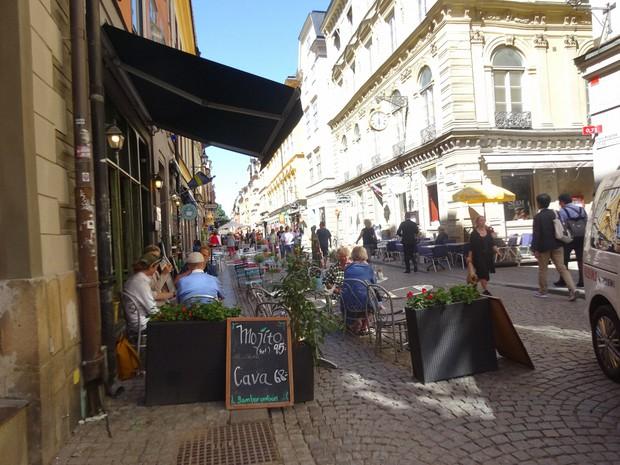 にぎわうスウェーデンの首都・ストックホルムの市街=筆者撮影