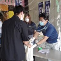 支援の食料を受け取る学生(左)=新潟県長岡市で