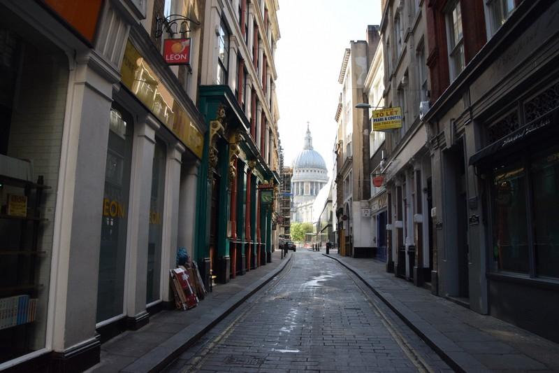 普段なら周辺に勤める会社員らでにぎわう金融街・シティーかいわいの路地裏もひっそりとしている=ロンドンで4月23日、横山三加子撮影
