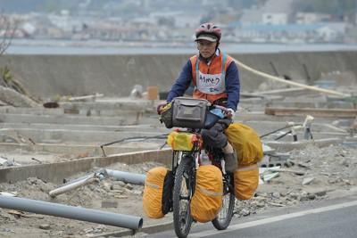 震災で宮城県への支援に感謝するため、自転車で日本一周の旅をする男性=岩手県山田町で2011年5月12日午後0時47分、和田大典撮影