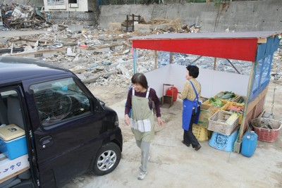 がれきが残る地区で、小さな仮店舗を建てて再開した食料品店=岩手県宮古市鍬ケ崎下町で2011年5月20日午後1時12分、加古信志撮影