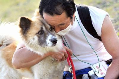 避難先に連れていけないペットを預かる石巻動物救護センターで、飼い犬を抱きしめる男性「センターから帰る時はつらくって。心の中でごめんと何度もつぶやいています」と話した=宮城県石巻市で2011年5月19日午後4時19分、久保玲撮影