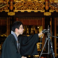 カメラを立てて動画を撮影する賢明寺の副住職・大江英崇さん=福岡県豊前市で2020年4月28日、津村豊和撮影