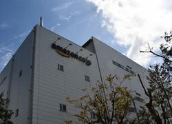 アマゾンの流通を担う巨大な倉庫=千葉県市川市のアマゾン市川フルフィルメントセンターで2018年9月、山口敦雄撮影