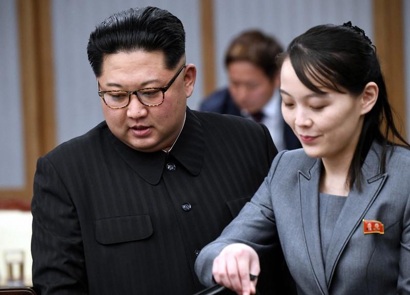 南北首脳会談に臨む北朝鮮の金正恩朝鮮労働党委員長(左)と金与正党第1副部長