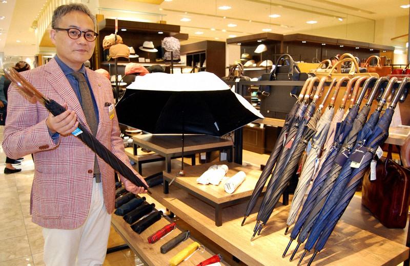 男性向けの日傘が並ぶ紳士用品売り場。日傘をさすと自然と距離があくという=福岡市中央区で2018年8月3日、山崎あずさ撮影