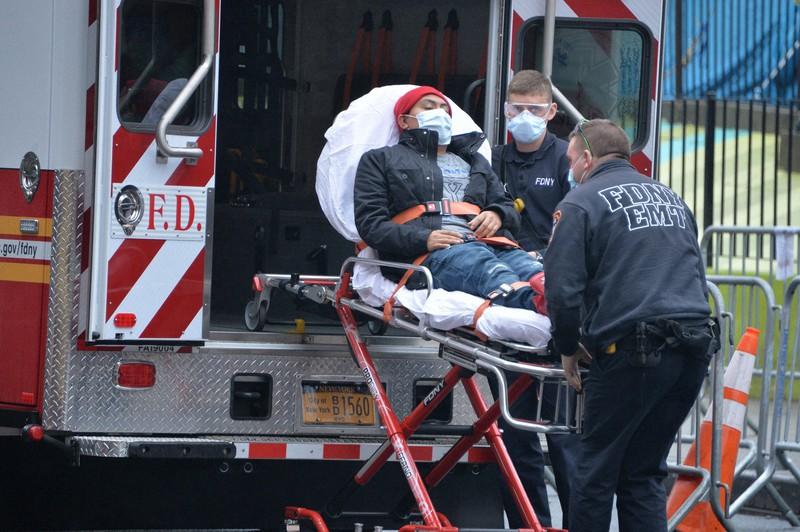 エルムハースト病院に運び込まれる患者=米ニューヨークで2020年3月29日、隅俊之撮影