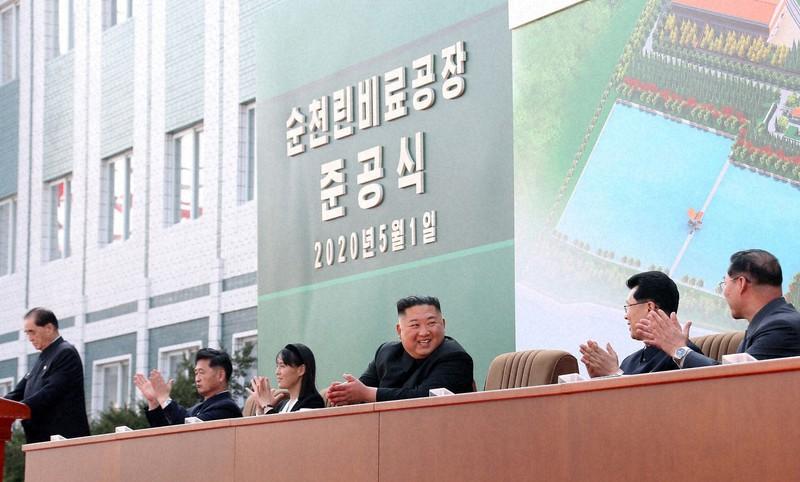 1日の北朝鮮平安南道の順川リン酸肥料工場の竣工式に参加した金正恩(キム・ジョンウン)朝鮮労働党委員長=朝鮮中央通信・朝鮮通信、5月2日配信