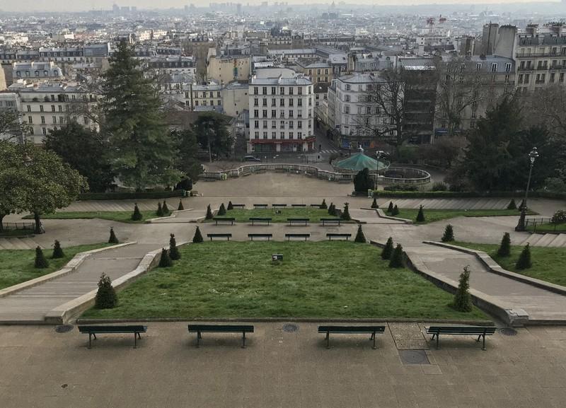 封鎖されたサクレクール寺院前の公園=フランス・パリで2020年3月17日午後3時29分、久野華代撮影