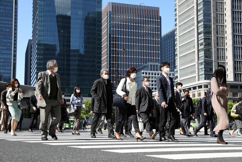 緊急事態宣言の延長が決まった大型連休明け、マスク姿で出勤する人々=東京都千代田区で2020年5月7日、小川昌宏撮影