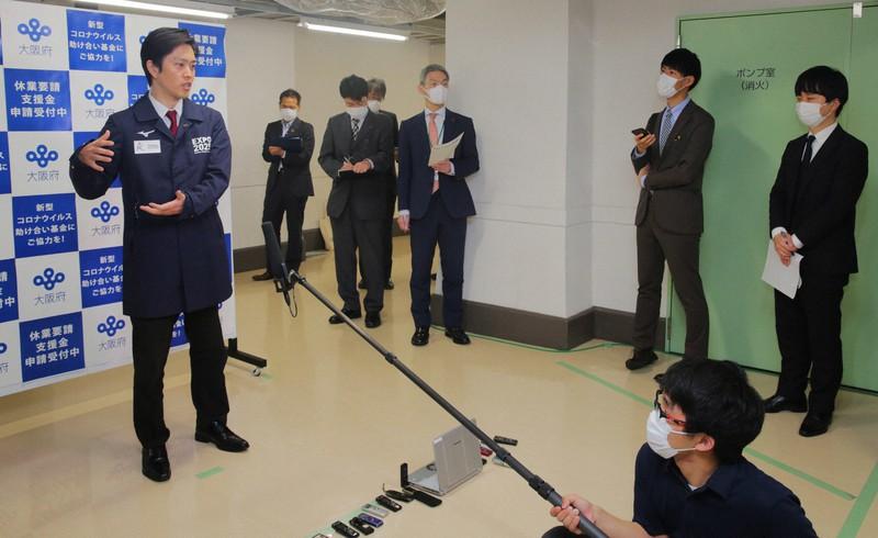 記者らの質問に答える大阪府の吉村洋文知事=大阪府庁で2020年5月7日、菱田諭士撮影