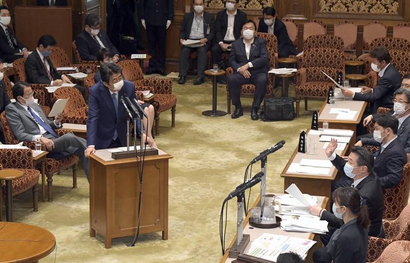 参院予算委員会で立憲民主党の福山哲郎幹事長(右)の質問に答える安倍晋三首相(左)=国会内で2020年5月11日午後1時22分、竹内幹撮影