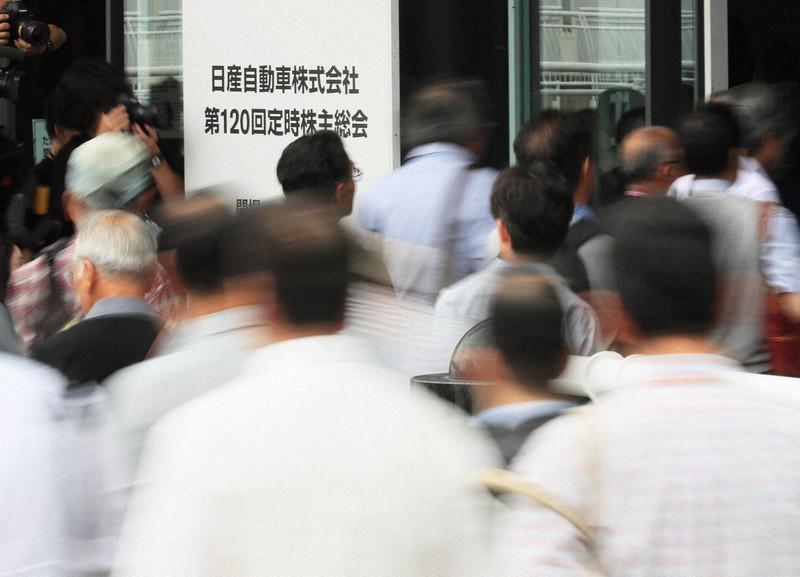 日産自動車の株主総会に向かう株主ら=横浜市西区で2019年(令和元年)6月25日、玉城達郎撮影