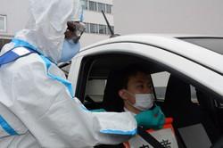 検体採取の手順を実演する札幌市職員=札幌市中央区で2020年5月1日、岸川弘明撮影