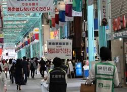 JR吉祥寺駅北口の商店街で外出の自粛を呼びかける武蔵野市と都の職員=2020年5月4日午後2時15分、和田浩明撮影