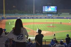 今季初めてファンを入れて開催された試合。外野席以外を使用した=台湾北部・新北市の新荘球場で2020年5月8日午後8時38分、福岡静哉撮影