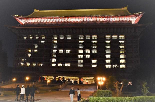 新型コロナウイルスの新規感染確認「ゼロ」に合わせて「ZERO」とライトアップされた台北市の老舗ホテル「円山大飯店」=台北市で2020年4月16日午後7時45分、福岡静哉撮影