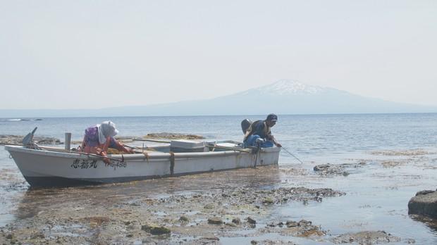 トビウオ漁をやめた和島十四男さんとみよ子さん夫婦。今も残った小舟で漁を続ける