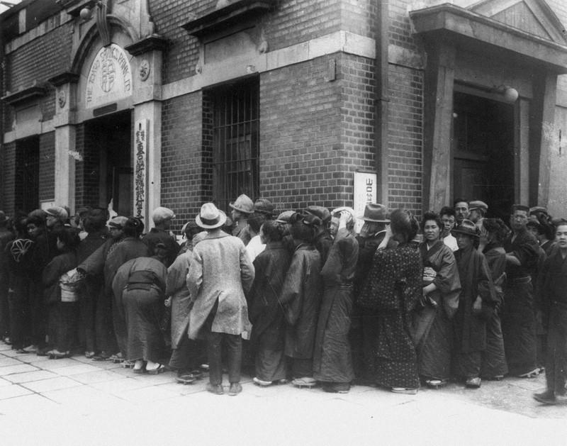 昭和金融恐慌では全国的に銀行で取り付け騒ぎが起きた(1927年4月21日)