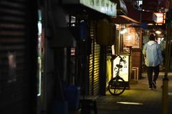 閑散とする大阪の繁華街十三(じゅうそう)。コロナ禍で大量の倒産、失業が懸念される