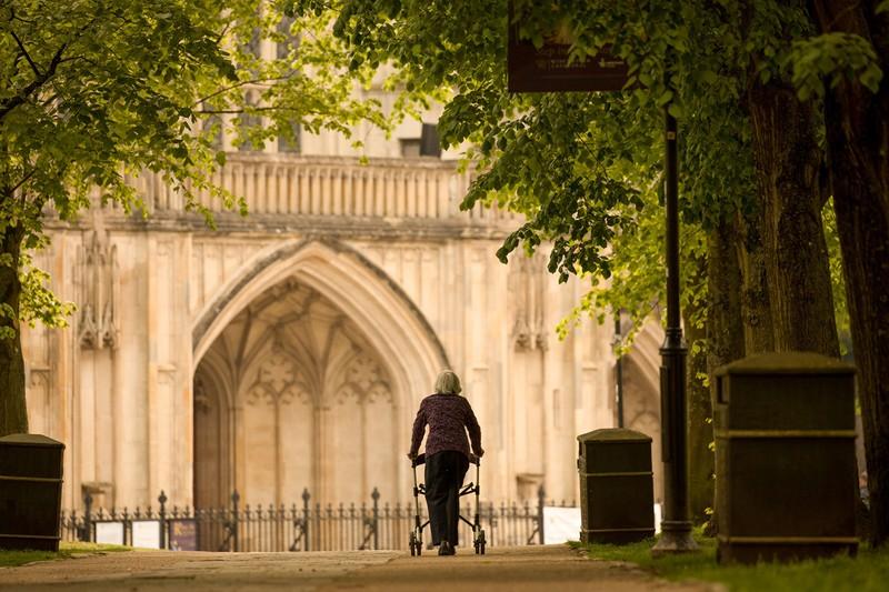 英国では高齢者の死者数急増が懸念される(Bloomberg)