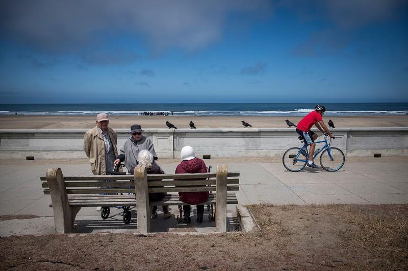 サンフランシスコの海岸で話す高齢者たち(Bloomberg)