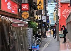 JR東京駅八重洲口近くの飲食店が集まる一角は普段だとランチ時は大勢の人であふれるが、緊急事態宣言以降は4割ほどの人出だという=東京都中央区で2020年4月22日午後0時4分、梅村直承撮影