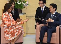 ミシェル・オバマ米国大統領夫人(左)と会談する安倍晋三首相=首相官邸で2015年3月19日午後3時49分、藤井太郎撮影