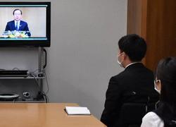 頭取のビデオメッセージを視聴する常陽銀行の新入行員=水戸市南町2で2020年4月1日午前9時29分、韮澤琴音撮影