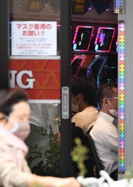 休業要請が出される中、営業を続けるパチンコ店=名古屋市で2020年4月24日午後2時31分、兵藤公治撮影