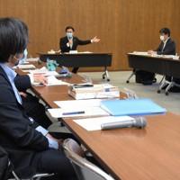 「がんばろう萩!地域経済対策連携会議」で萩市の対策を説明する藤道市長(奥)