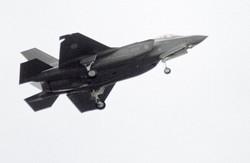 航空自衛隊の最新鋭ステルス戦闘機F35A=陸上自衛隊朝霞訓練場で2018年10月14日、橋本政明撮影