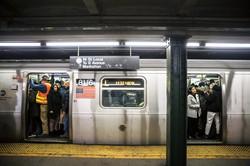 乗客で混雑するニューヨーク地下鉄L線 (Bloomberg)
