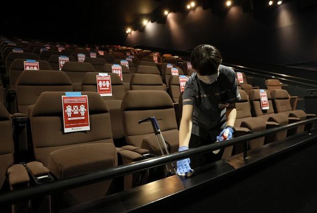 営業再開した新潟の映画館 念入りに消毒するスタッフ 写真特集2 5 毎日新聞