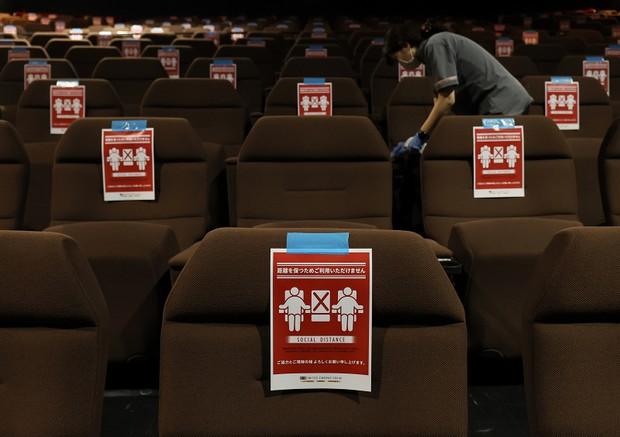 営業再開した新潟の映画館 念入りに消毒するスタッフ 写真特集3 5 毎日新聞