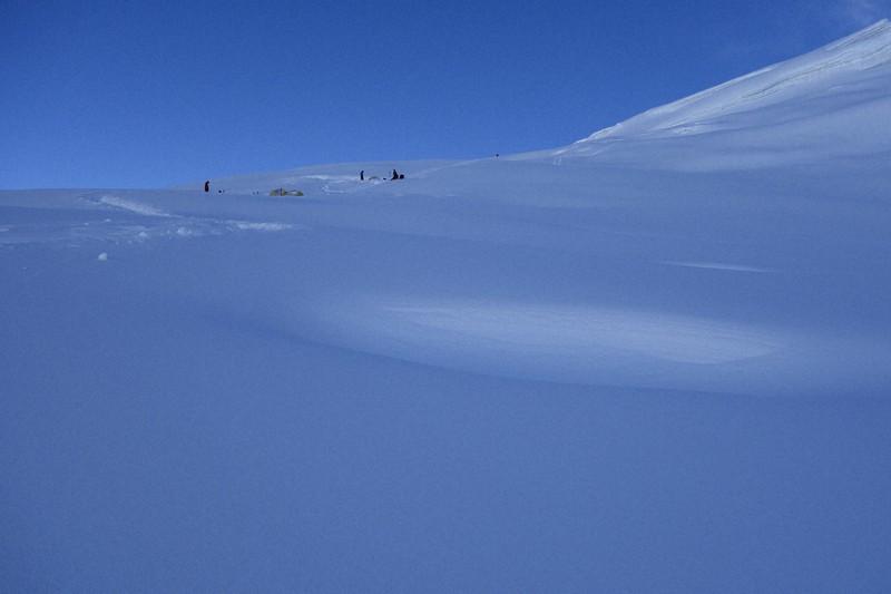 真っ青に見える標高5750mのキャンプ1付近の雪面=2019年10月11日、藤原章生撮影
